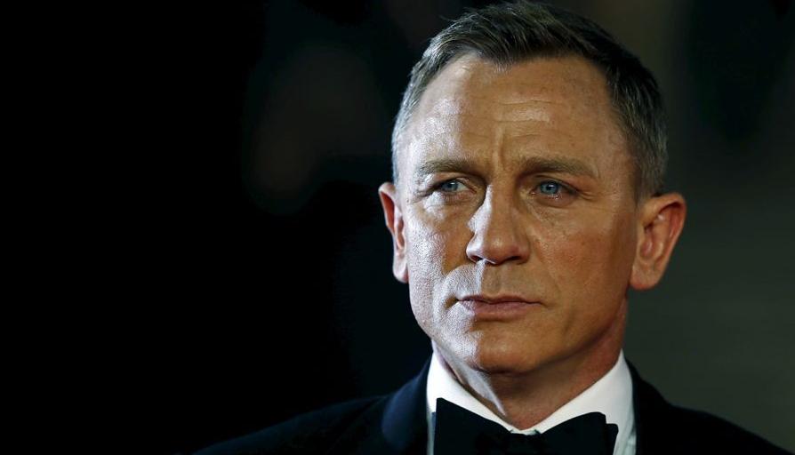 Daniel Craig Merayakan Keberangkatan James Bond Dengan Minuman